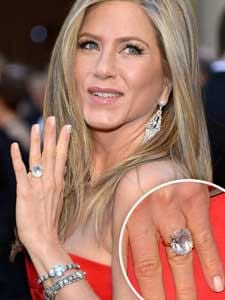 Jennifer Aniston at Oscars 2013 wearing diamond ring
